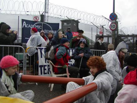 Des manifestants enchaînés sur la route pendant les conférences