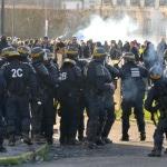 Des CRS défient les manifestants