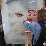 Barbouillage d'un panneau de pub, à l'aide de blanc d'Espagne
