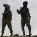 Des soldats israéliens surveillent une colonie en Cisjordanie