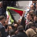 Les Désobéissantes déployent un drapeau de la Palestine lors du congrès de la FIFA