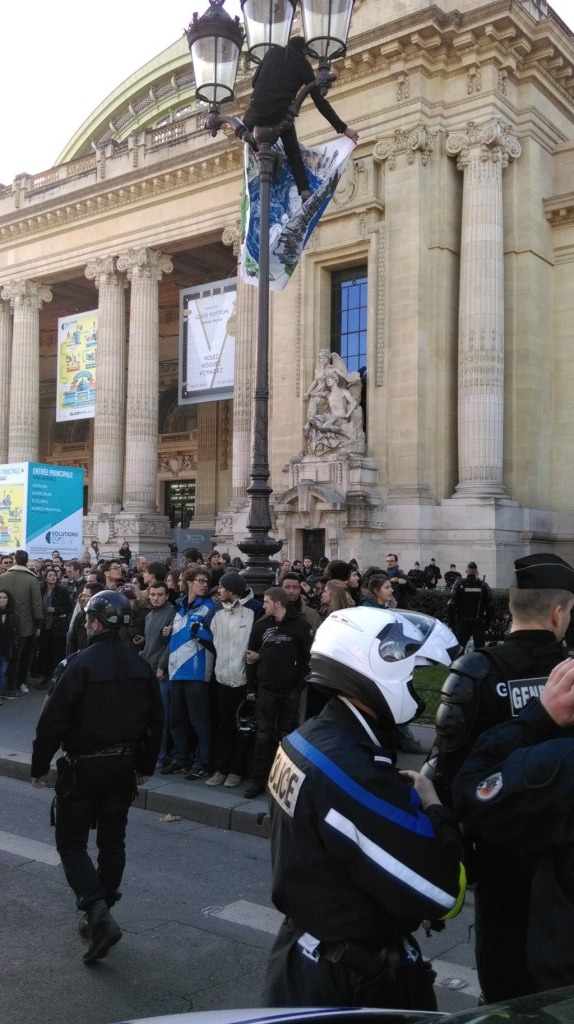 Action-GrandPalais-grimpeur-041115