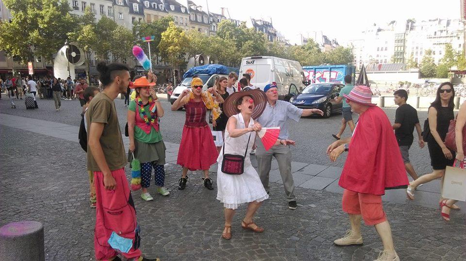 action-clownsenmarchearriere-080817-1